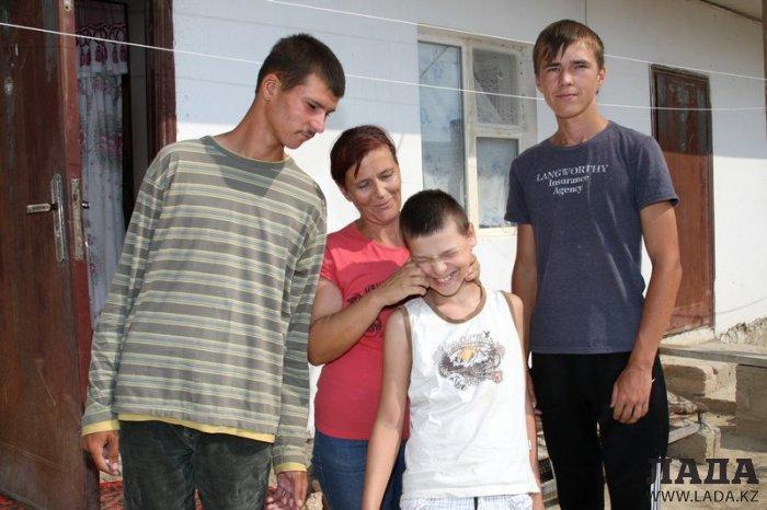 В Актау матери-одиночке не во что одеть троих детей на зиму