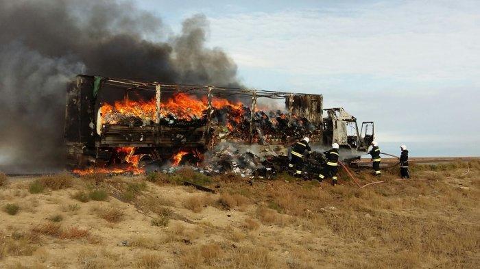 Грузовая фура сгорела на трассе Актау - Форт-Шевченко