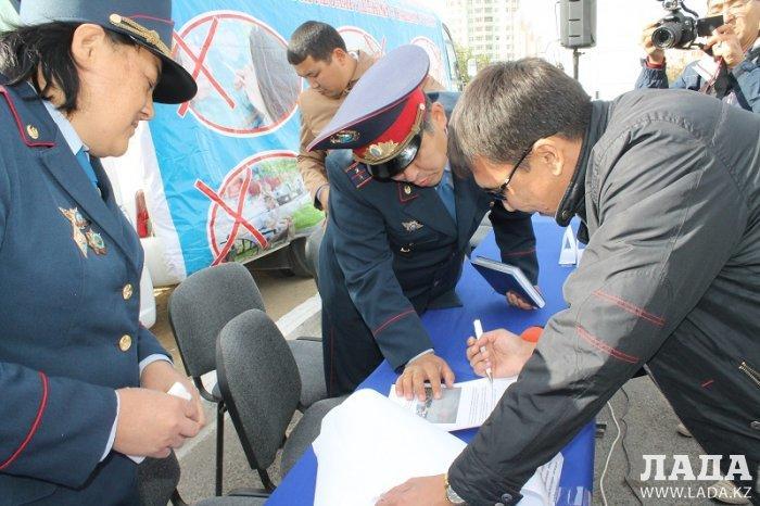 Полицейские ответили на вопросы жителей Актау во время акции «Приемная на дороге»