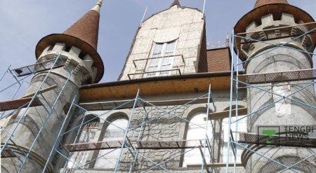 Женщина строит сказочный замок в Алматы