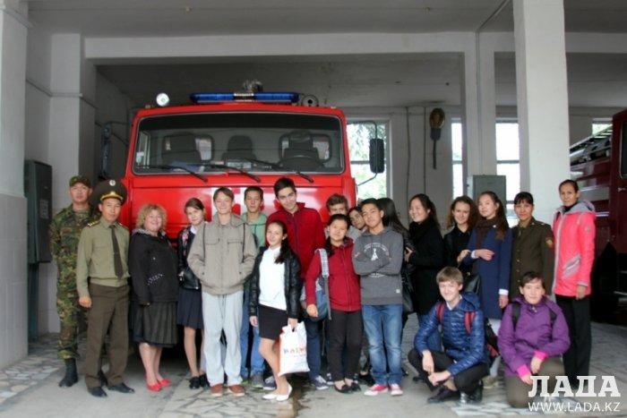 Пожарные Актау пригласили в гости школьников