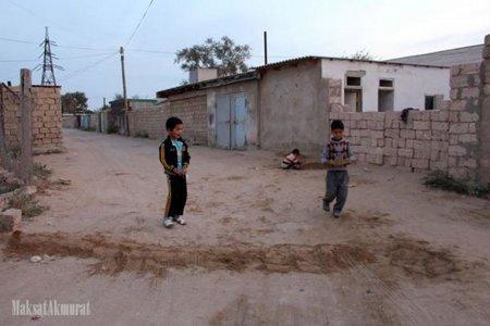 В Мангистау дети сооружают «лежачих полицейских» из песка