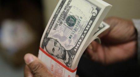 Гражданам Туркменистана запретили обменивать более 8 тысяч долларов в год