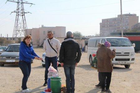 Жители Актау и волонтеры благотворительного фонда «Адал» кормили бесплатно бездомных людей