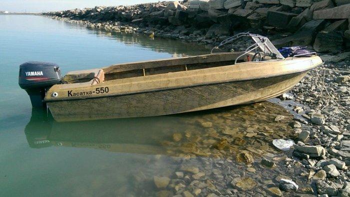 Перевернутую лодку без рыбаков обнаружили в двух километрах от берега Тупкараганского района