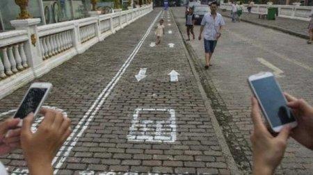 В Бангкоке появилась первая выделенная полоса для пешеходов с мобильными телефонами