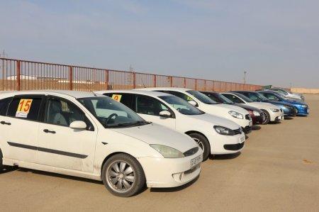 Участники соревнований по скоростному маневрированию в Актау готовятся к заезду