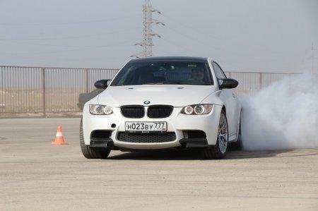 В соревнованиях по скоростному маневрированию участвует единственная девушка-автогонщик