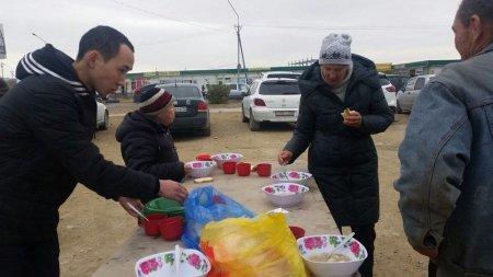 В Актау каждую неделю по средам волонтеры благотворительного фонда «Адал» кормят бесплатно бездомных людей