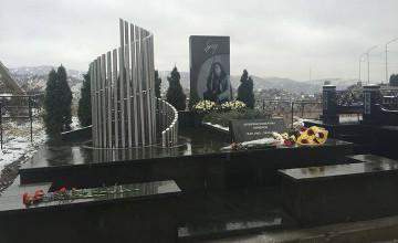 В Алматы установили памятник Батырхану Шукенову