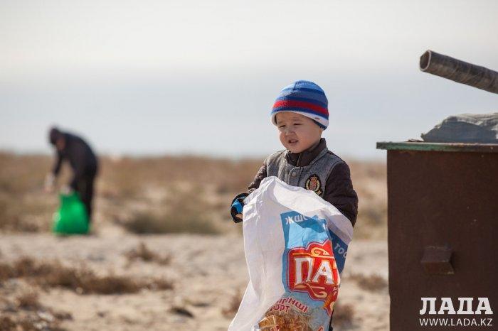 Жители Актау вместе с Экспедицией +362 собрали 250 мешков мусора на побережье Каспия