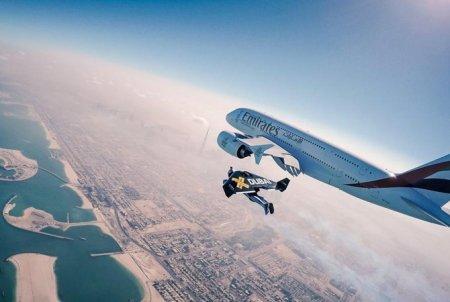 Пилоты с реактивными ранцами пролетели возле самолета A380