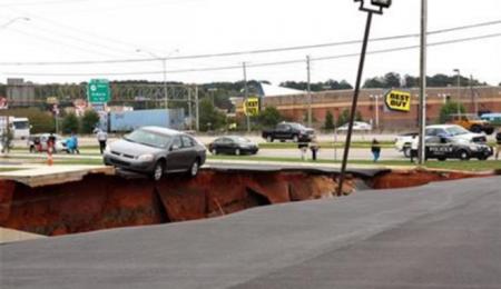 На парковке в США 12 автомобилей провалились под землю