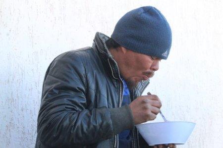 Бездомных в Актау волонтеры теперь кормят почти каждый день