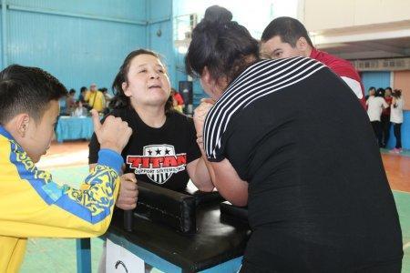 В Актау прошел областной чемпионат по армрестлингу среди девушек