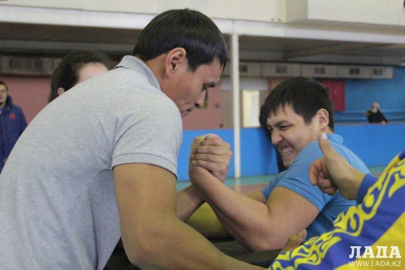 Абсолютным чемпионом Мангистауской области по армрестлингу стал Талгат Оспанов