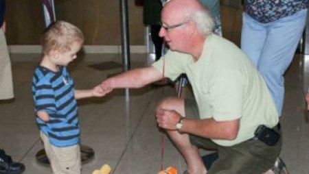 Мир тронуло фото безрукого мальчика из Казахстана, усыновленного канадской семьей