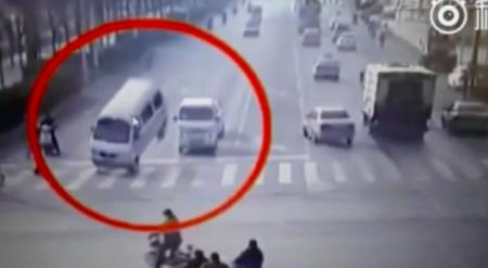 """Стали известны причины """"волшебного"""" опрокидывания авто в Китае"""