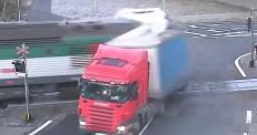 Видео столкновения поезда и фуры в Чехии набирает просмотры в YouTube