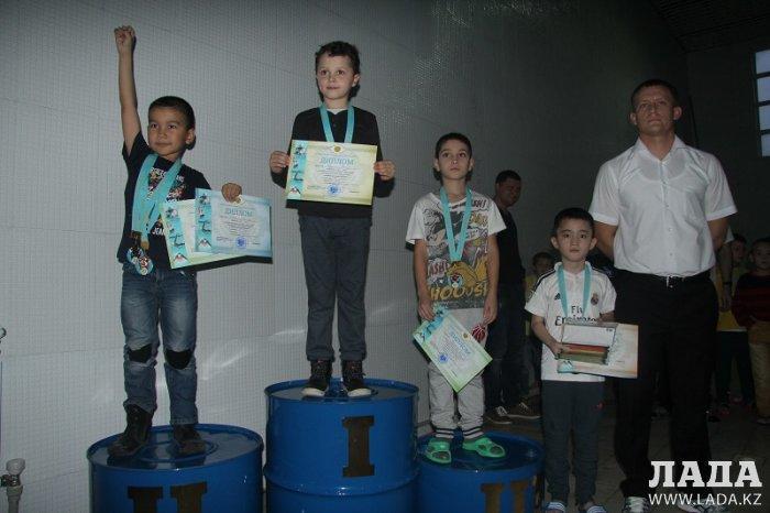 В Актау прошли соревнования по плаванию «Золотая рыбка»