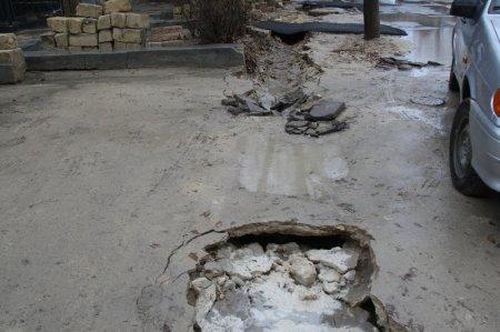 В 7 микрорайоне Актау новое асфальтовое покрытие стало причиной затопления двора