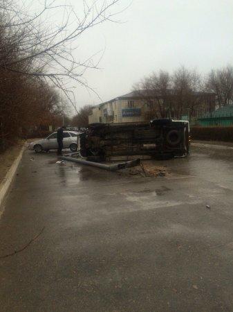 На набережной Актау Toyota Hilux опрокинулся на бок