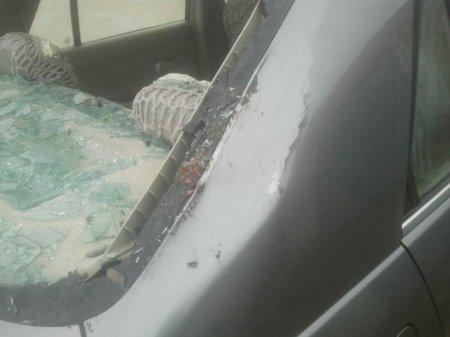 В нескольких микрорайонах Актау упавшие деревья повредили автомобили