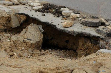 Шабай Тажигараев: Провалившийся асфальт в 7 микрорайоне будет восстановлен в течение 10 дней за счет подрядной организации