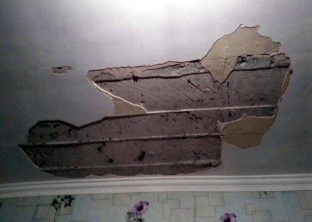 В Актау ветром унесло часть крыши в новостройке