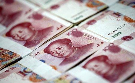 Центробанк Китая опустил курс юаня к доллару до четырехлетнего минимума