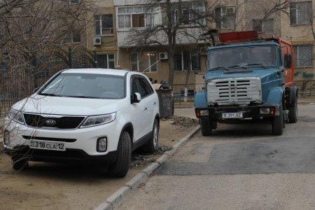 В Актау стрела мусоровоза повредила внедорожник