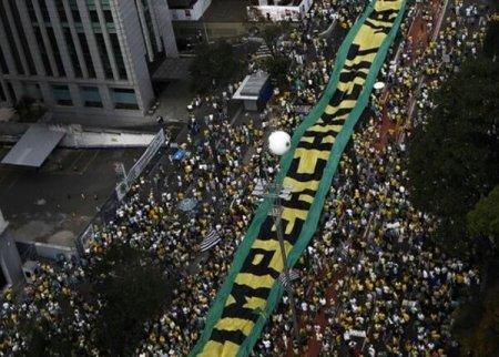 Бразильцы вышли на марши протеста с требованием отставки президента