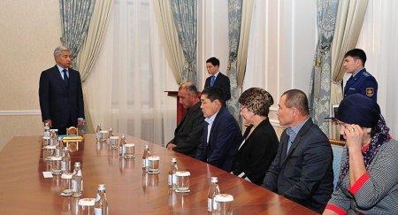 Тасмагамбетов вручил госнаграды родителям погибших военнослужащих в Актау