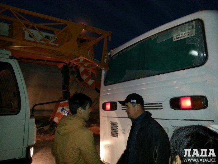 В Мангистау автокран столкнулся с маршрутным автобусом