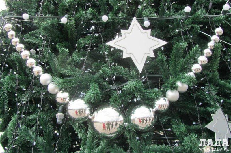 В Актау установили первую 12-метровую новогоднюю елку