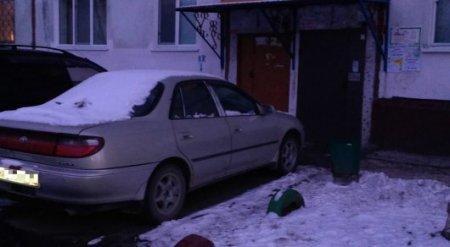 Главу МВД РК просят ввести наказание за парковку машин возле дверей подъездов