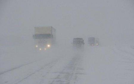 В семи областях Казахстана закрыты дороги из-за гололеда и бурана
