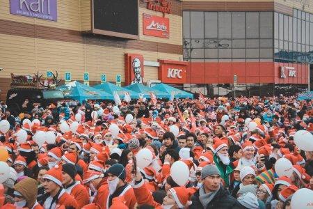Деды Морозы заполонили улицы Алматы