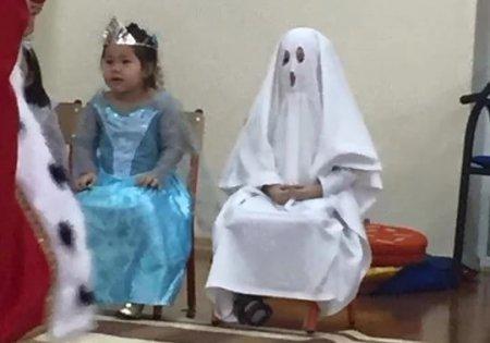 Казахстанцев шокировал «антикризисный» костюм малыша в детском саду