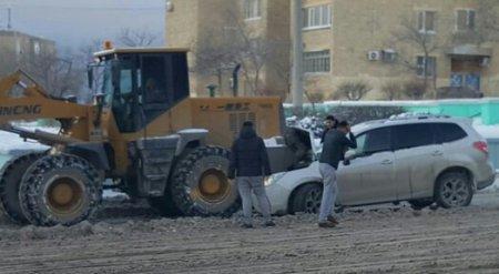 В Актау Subaru столкнулся с погрузчиком
