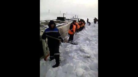 Тепловоз засыпало снегом по крышу на железной дороге Алматы-Караганда