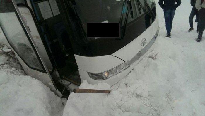 На трассе Актау - Каламкас автобус с вахтовиками слетел в кювет