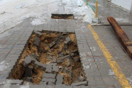 В центре Актау автокран повредил тротуарное покрытие