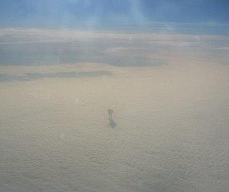 Пассажир самолета сфотографировал странную фигуру, шагающую по облакам