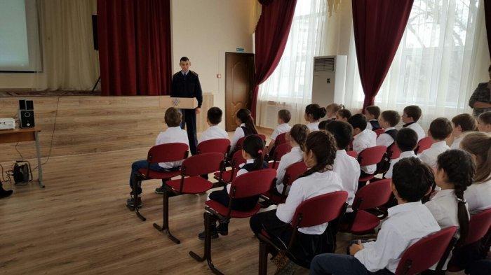 Инспектор полиции Ян Садыкин проводит лекции на тему безопасности дорожного движения для школьников Актау