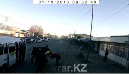 В Шымкенте подрались водители и кондукторы прямо на дороге