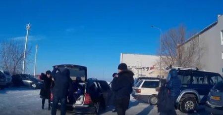 Суровые жители Темиртау возят детей в багажниках