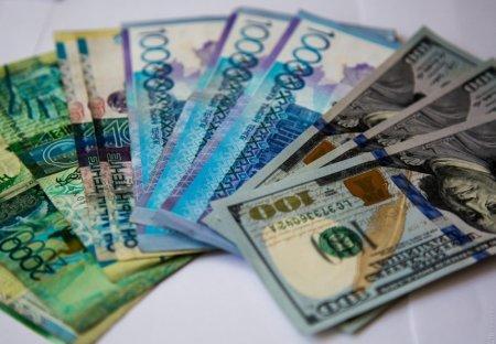 Курс доллара по итогам утренней сессии на валютной бирже в пятницу составил 379,86 тенге