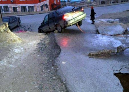 В Актау часть дороги провалилась вместе с грунтом