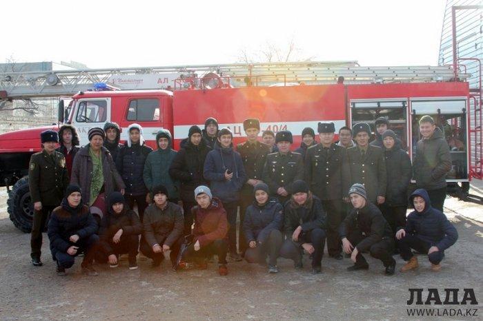 Пожарные Актау провели День открытых дверей для старшеклассников